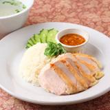 タイスタイルのパリパリ&しっとりチキンのせ炊き込みご飯