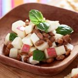 りんごとモッツアレラチーズの納豆和えディップ