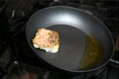 鱗をパリパリに、きれいに立たせるために多めの油で揚げ焼きにします。
