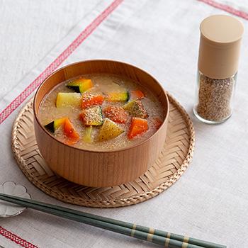 ゴロゴロ根菜の胡麻たっぷりお味噌汁